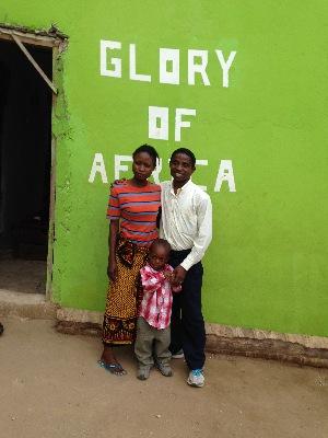 Pastor Joel och hans fru utanför barnhemmet Glory som de driver. De har inga egna barn, men de tar hand om barnhemsbarnen som om de vore deras egna. Många barnhem startas för att någon vill driva en vinstdrivande business, men på Glory så är det barnen som är första och viktigaste fokus!