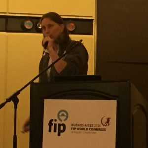 Carina Veyte Maler föreläser vid humanitarian breakfast på FIP i Buenos Aires